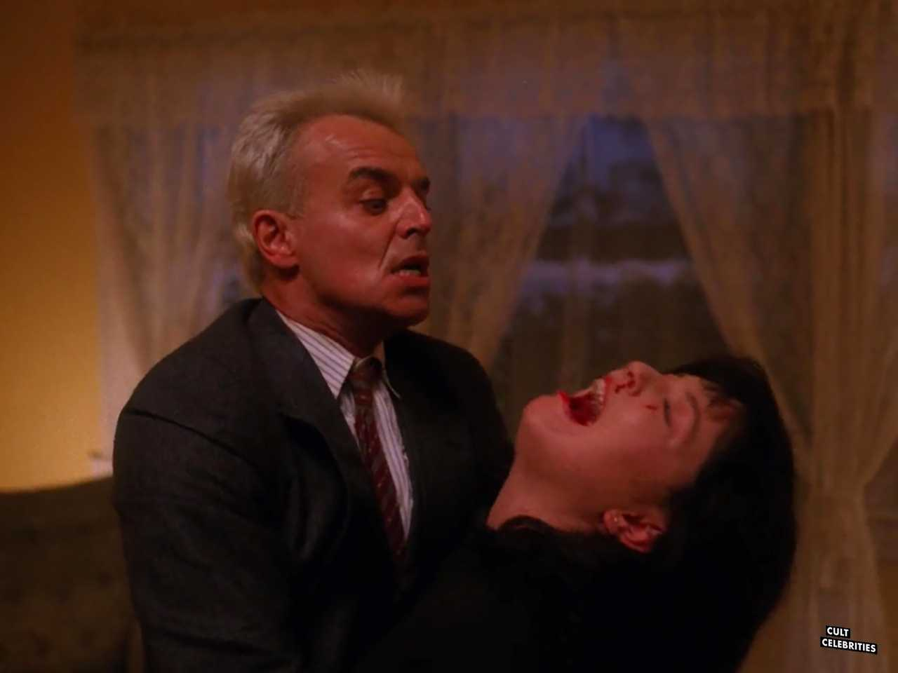 Sheryl Lee and Ray Wise in Twin Peaks (1990)
