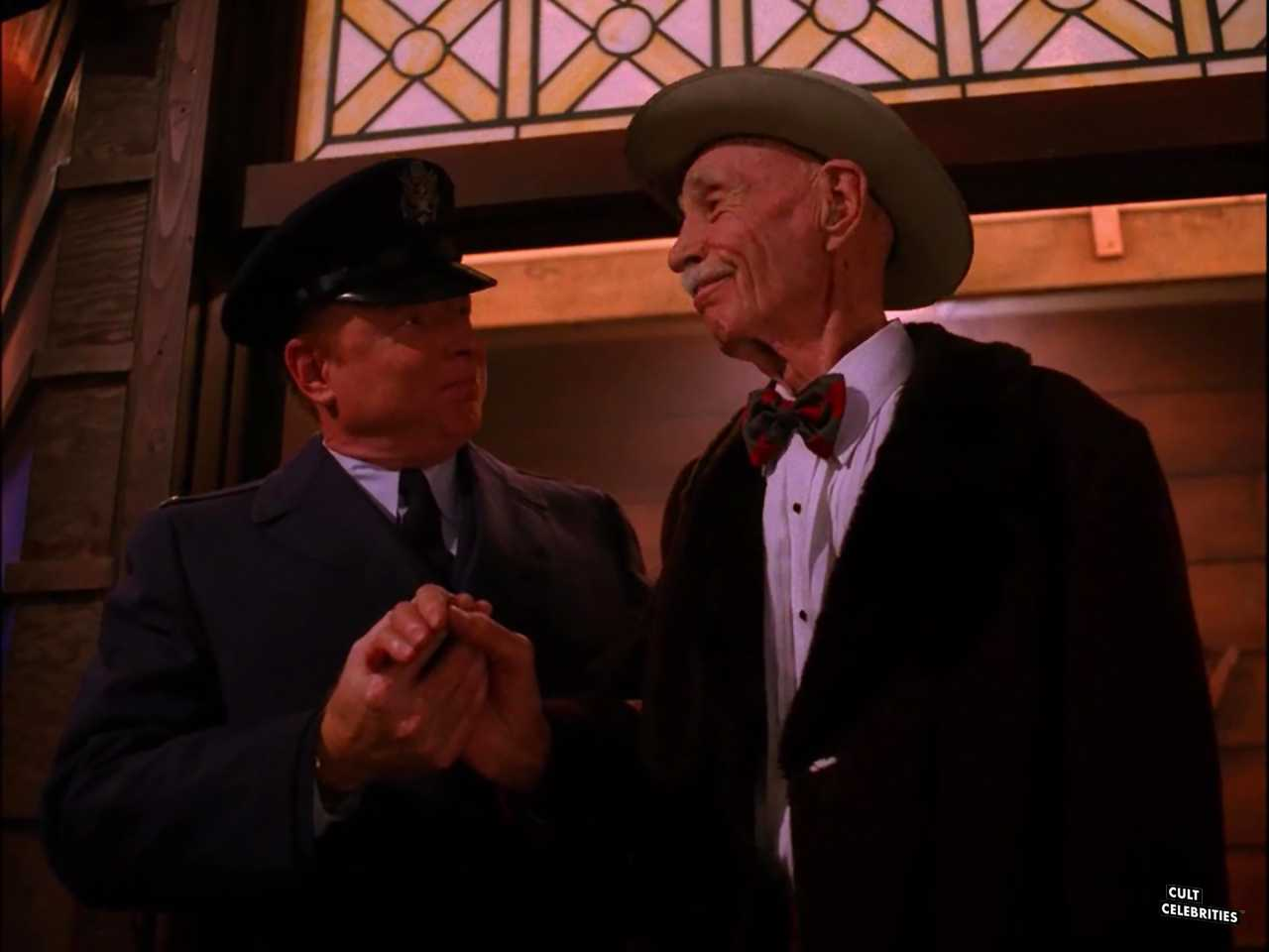 Don S. Davis and Hank Worden in Twin Peaks (1990)