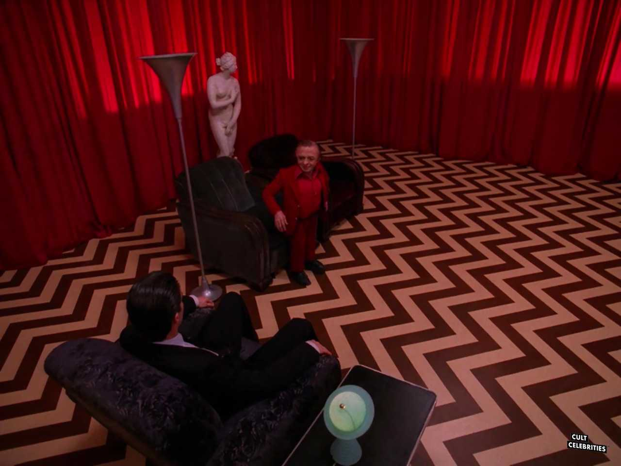 Michael J. Anderson and Kyle MacLachlan in Twin Peaks (1990)